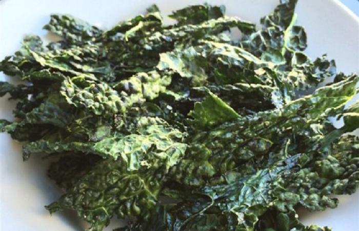 Gralic and parmesan kale chips